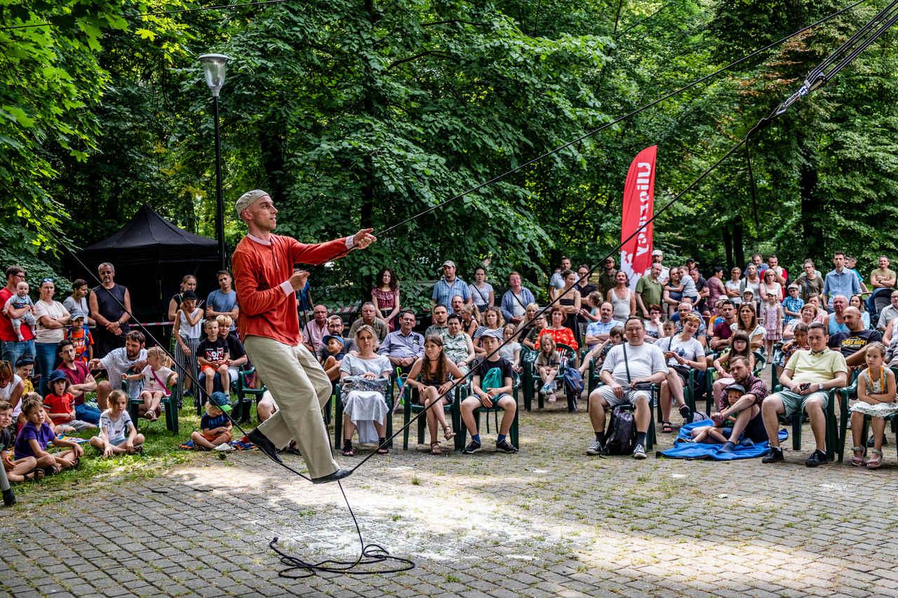 akrobata na linie podczas spektaklu w parku
