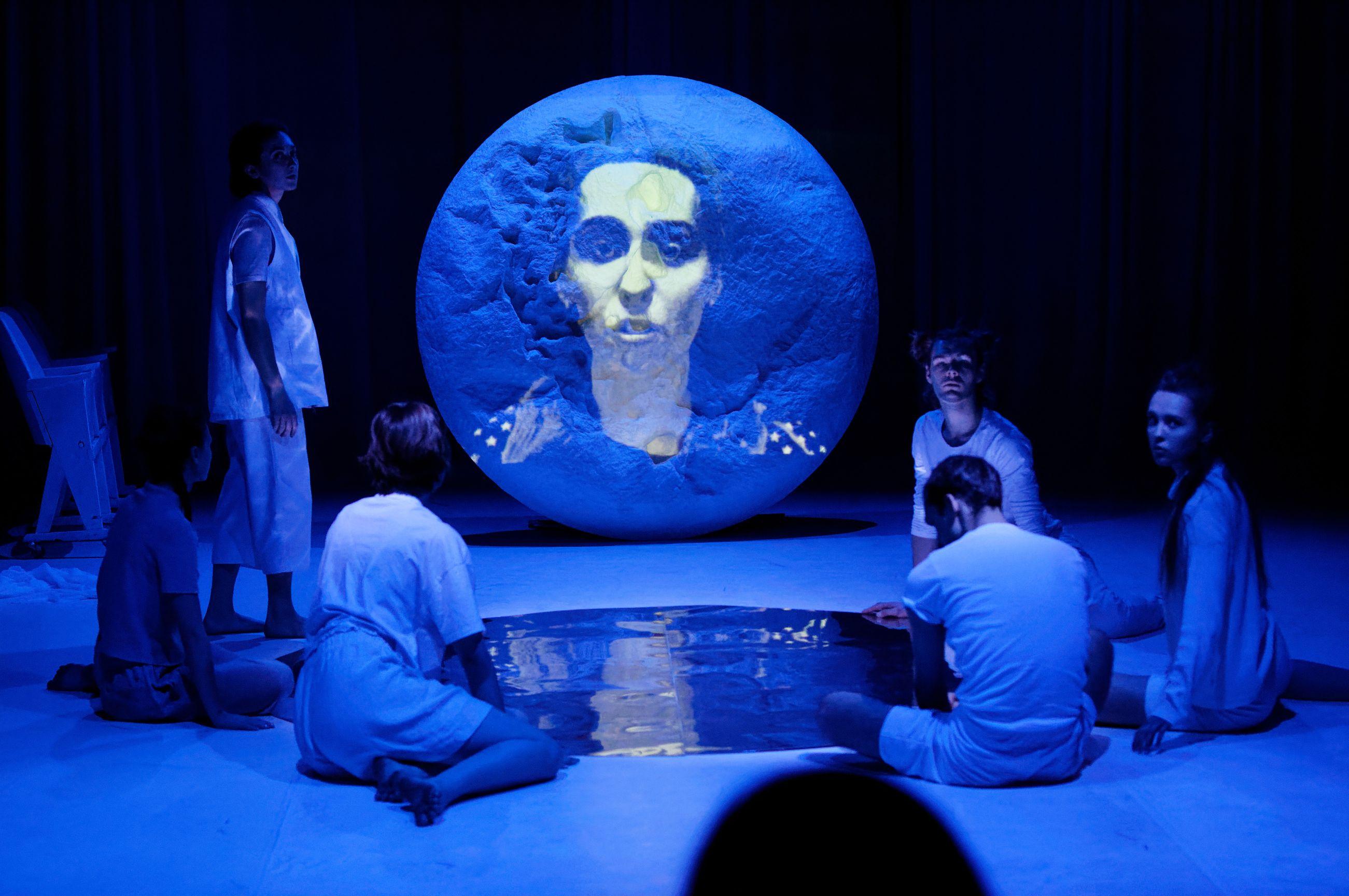 aktorzy na scenie, niebieskie oświetlenie