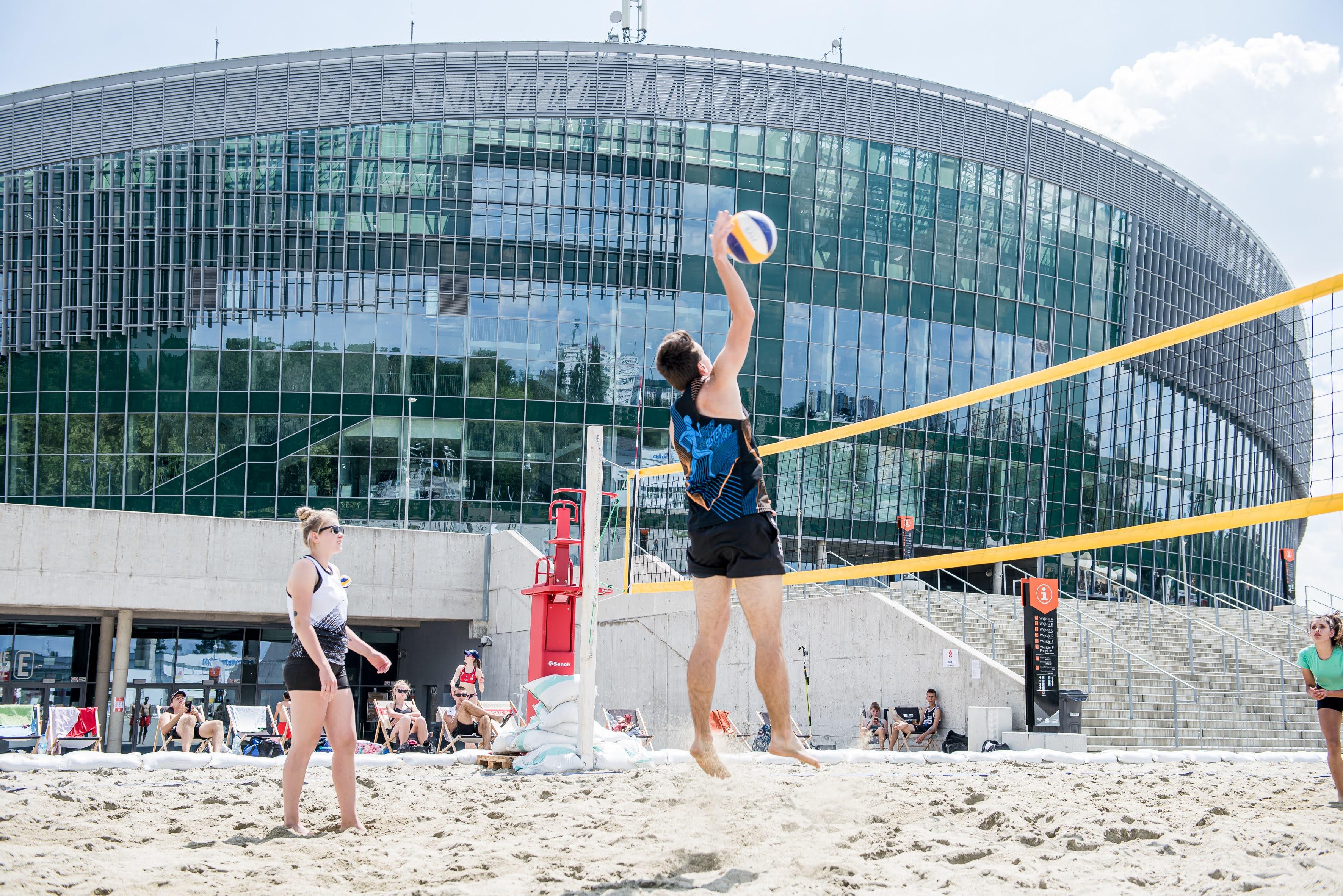 mecz siatkówki plażowej pod Areną