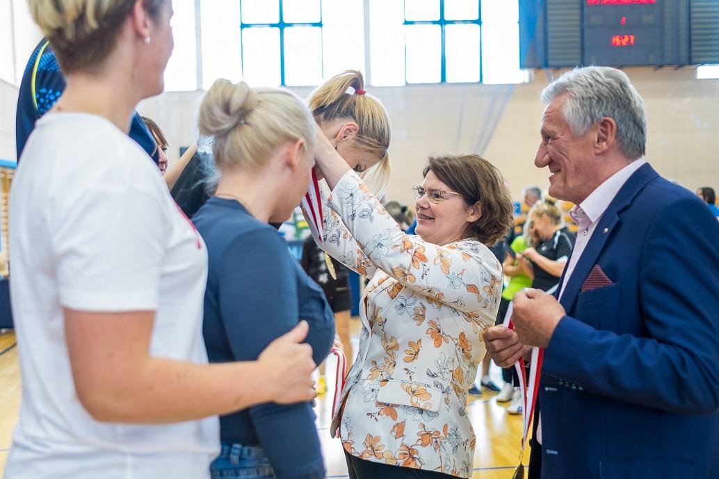 Ewa Weber wręcza medale zawodnikom