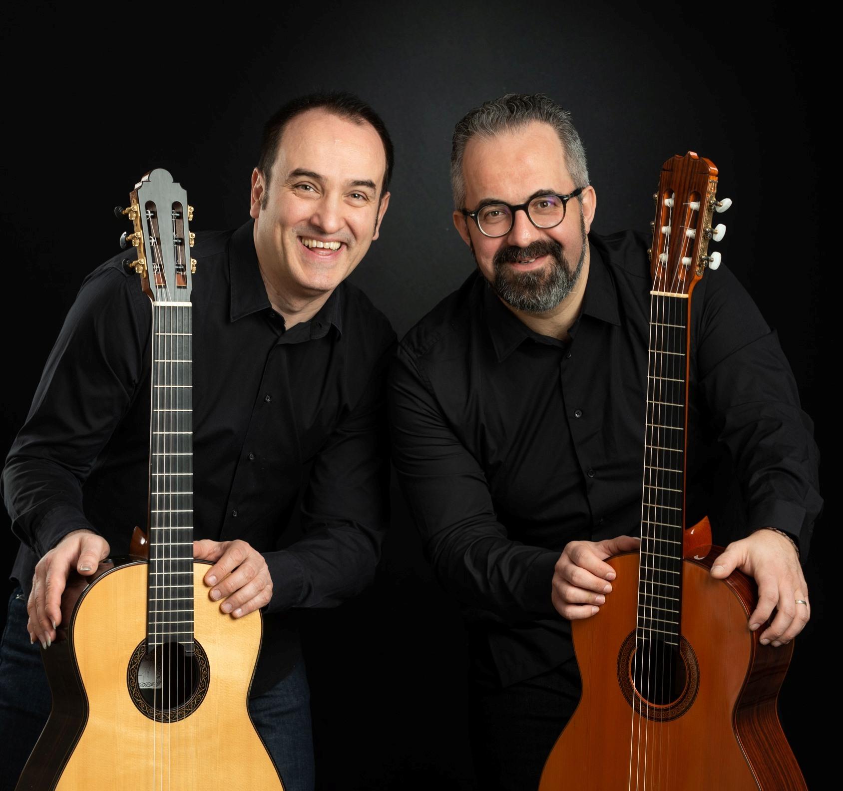 dwaj mężczyźni z gitarami