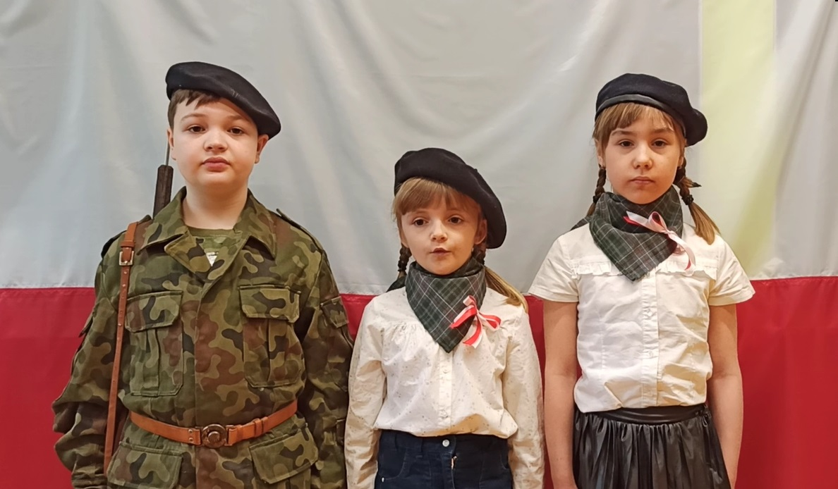 troje dzieci w historycznych strojach