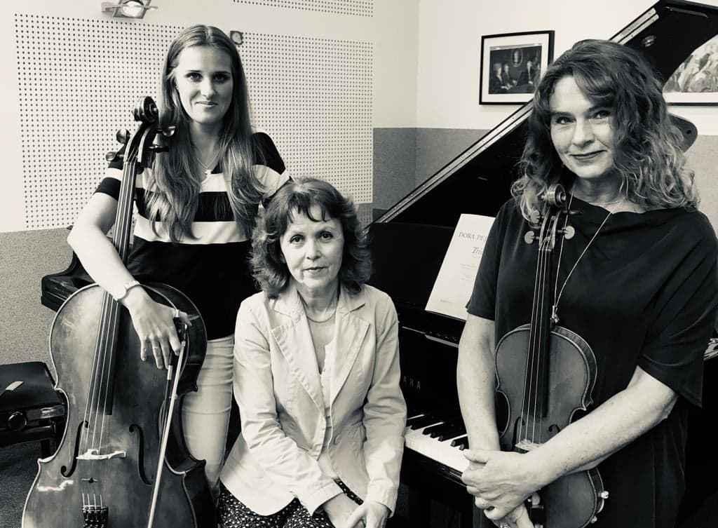 trzy artystki z instrumentami