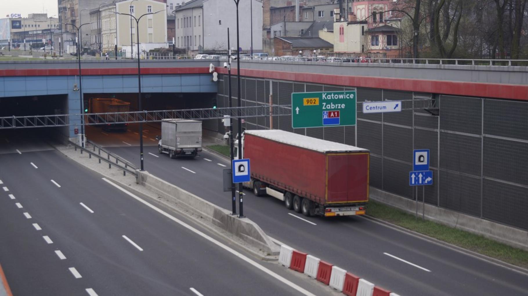 Samochód wjeżdża do tunelu DTŚ