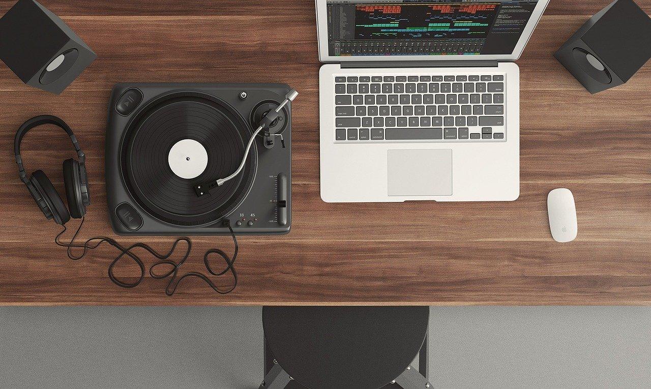 stól z laptopem i gramofonem