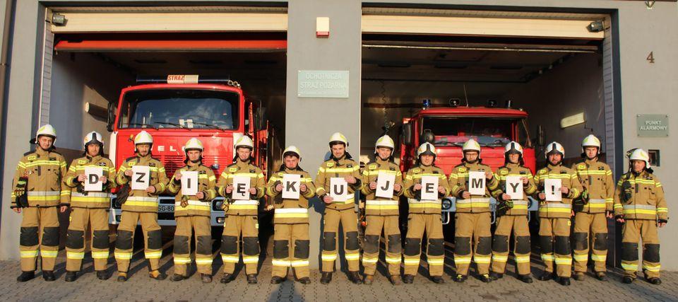 strażacy w nowych ubraniach bojowych