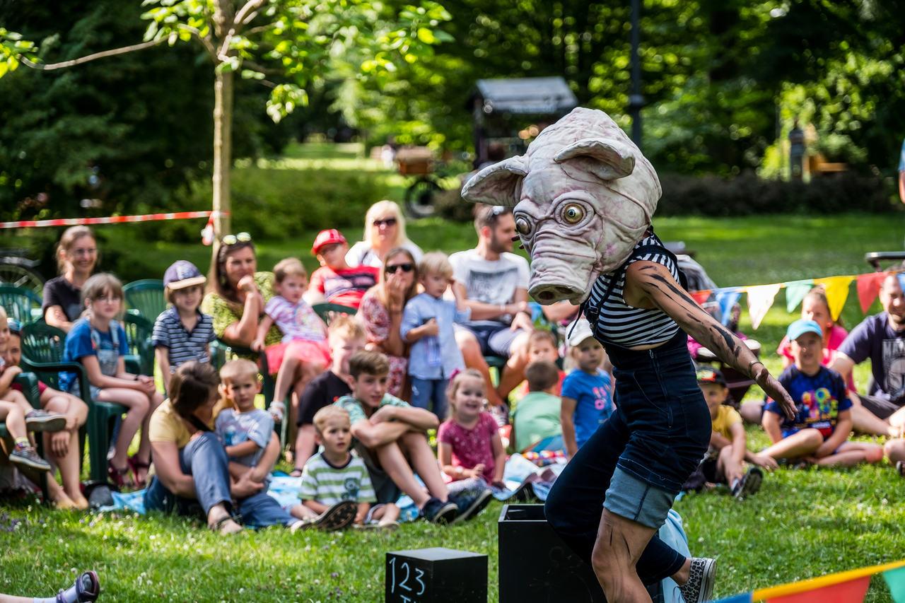 aktorka z głową zwierzęcia podczas występu w parku