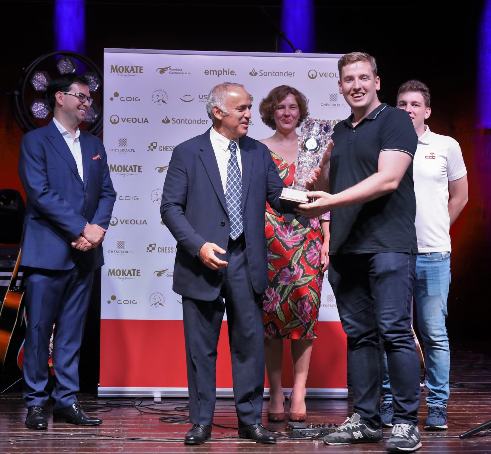 Tomasz Warakomski na scenie odbiera nagrodę