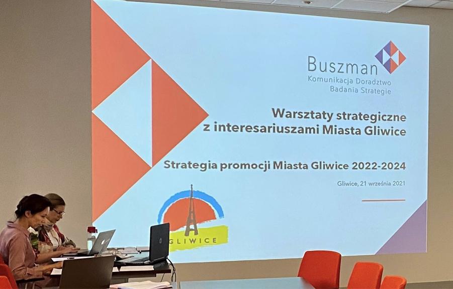 warsztaty, ekran z napisem powitalnym na pierwszym planie