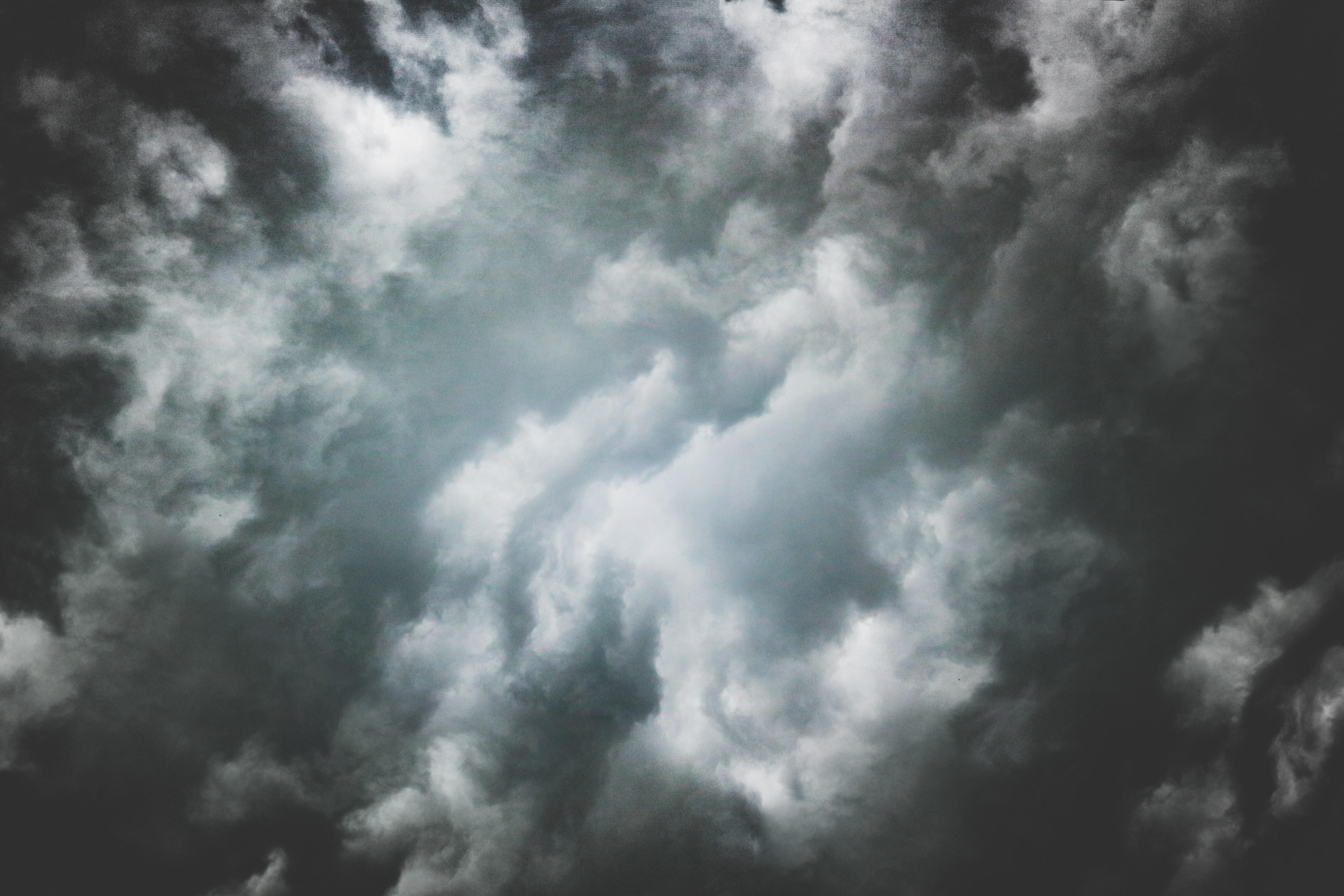 białe chmuy, ciemniejące na obrzerżach