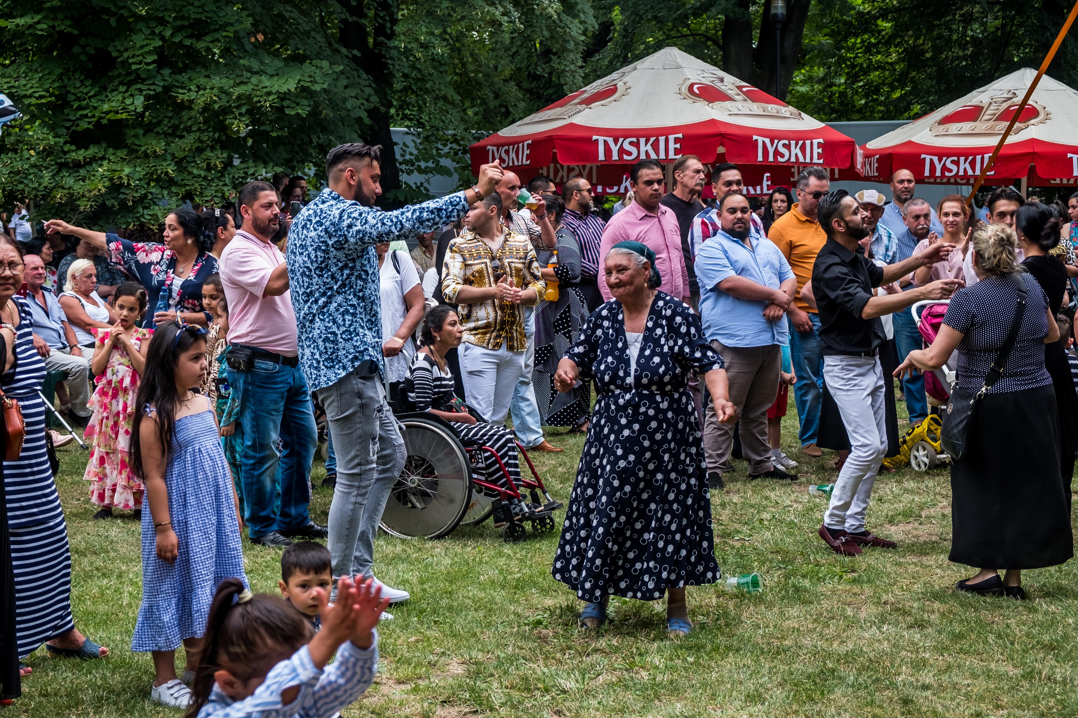 Romowie podczas wspólnej zabawy w parku Chopina