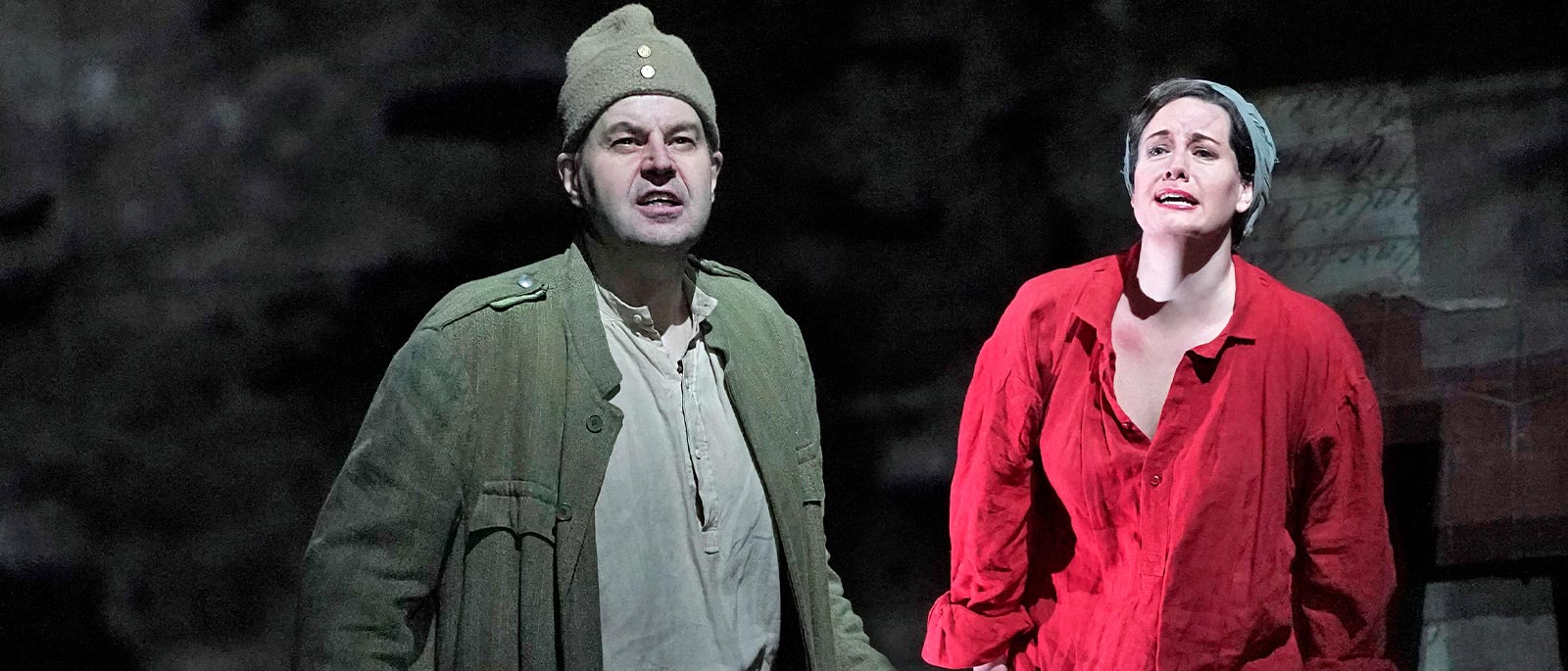 dwoje śpiewających aktorów operowych w kostiumach
