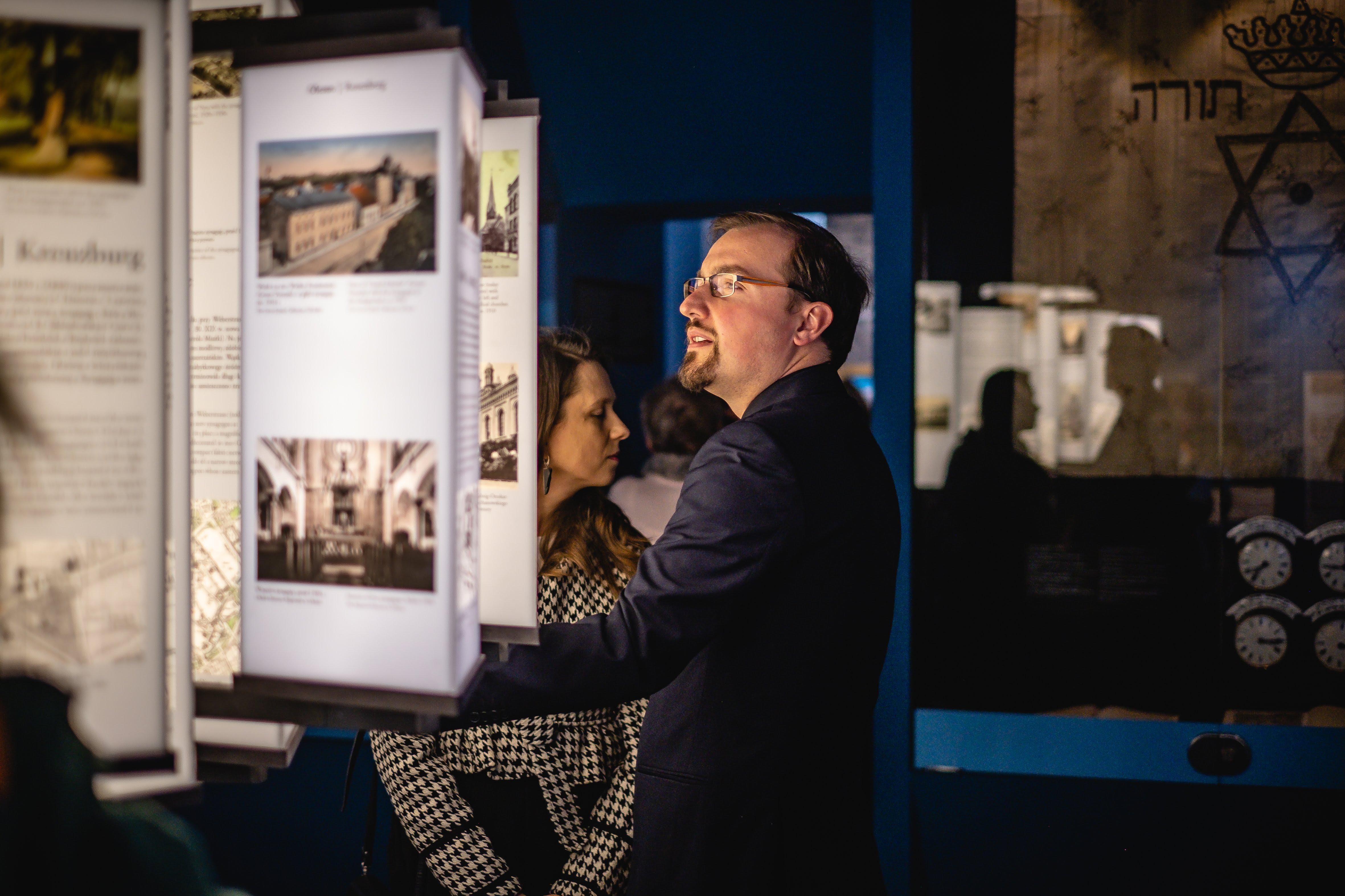 mężcyzzna oglądający ekspozycję w Domu Pamięci