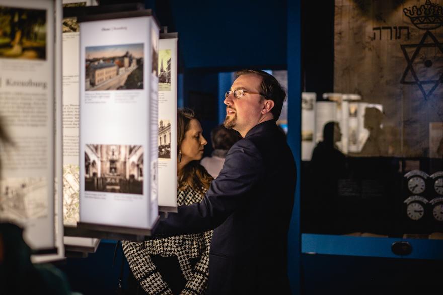 zdjęcie tablic i zwiedzających w Domu Pamięci