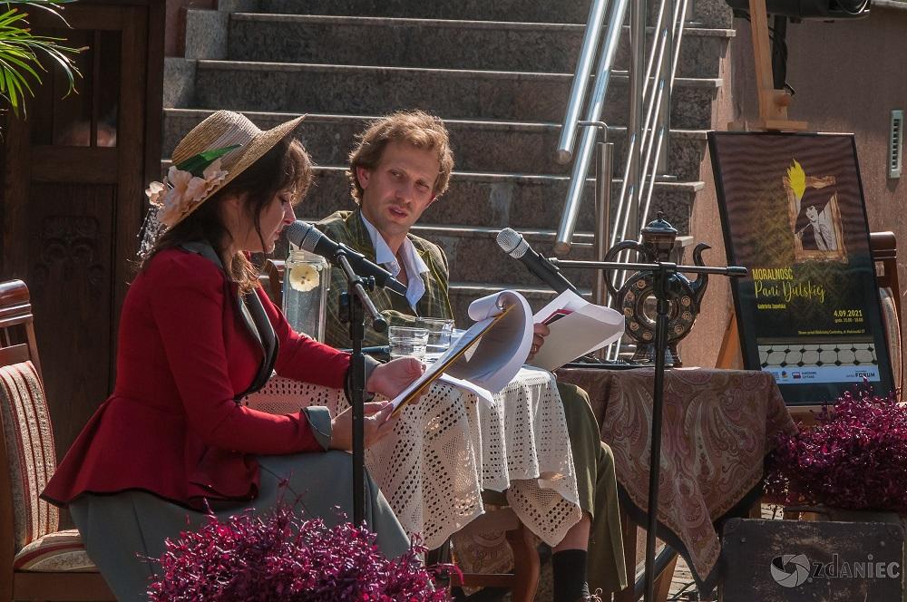 Aktorzy czytają książkę