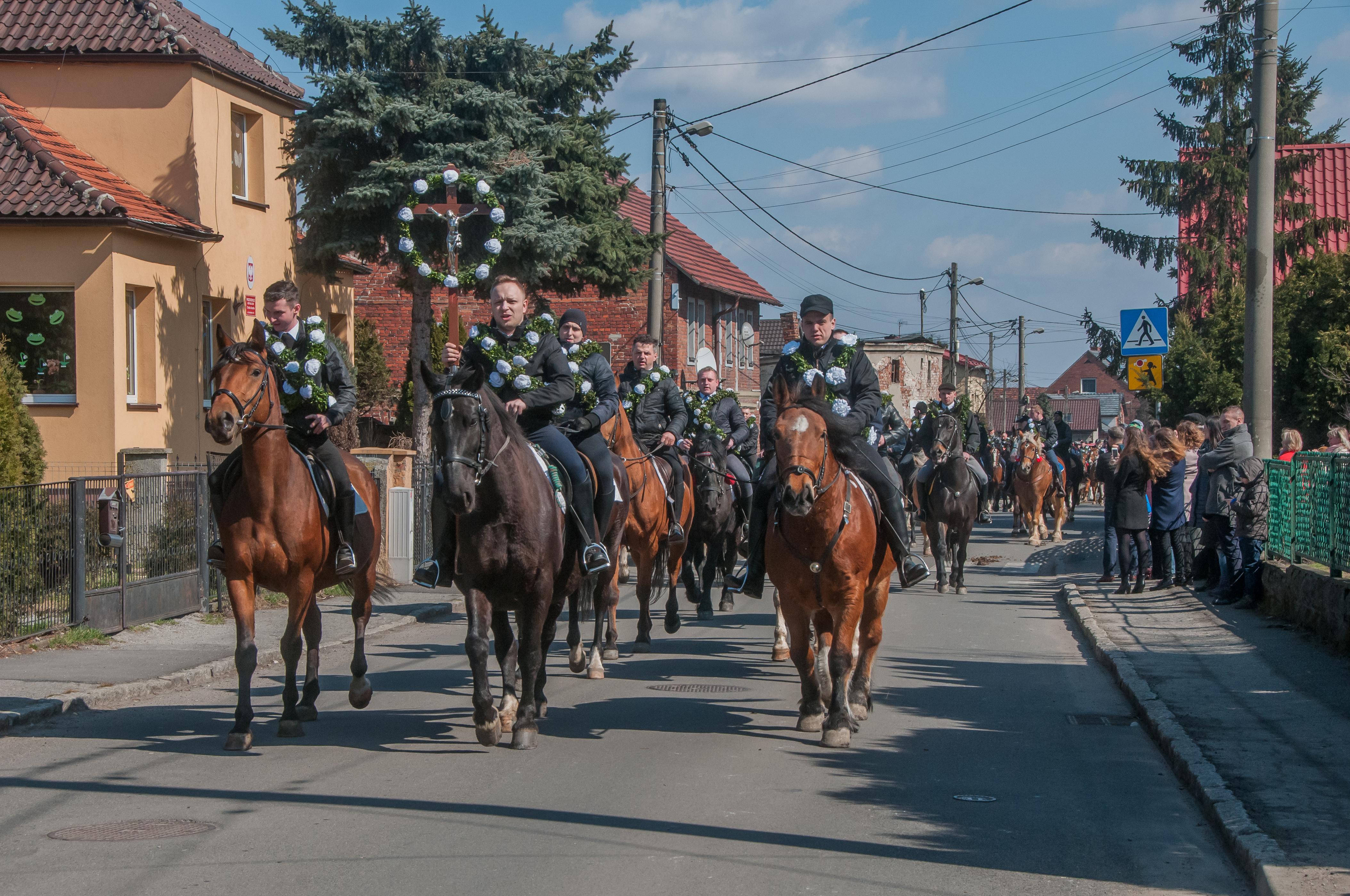 jeźdźcy na ulicy w Ostropie