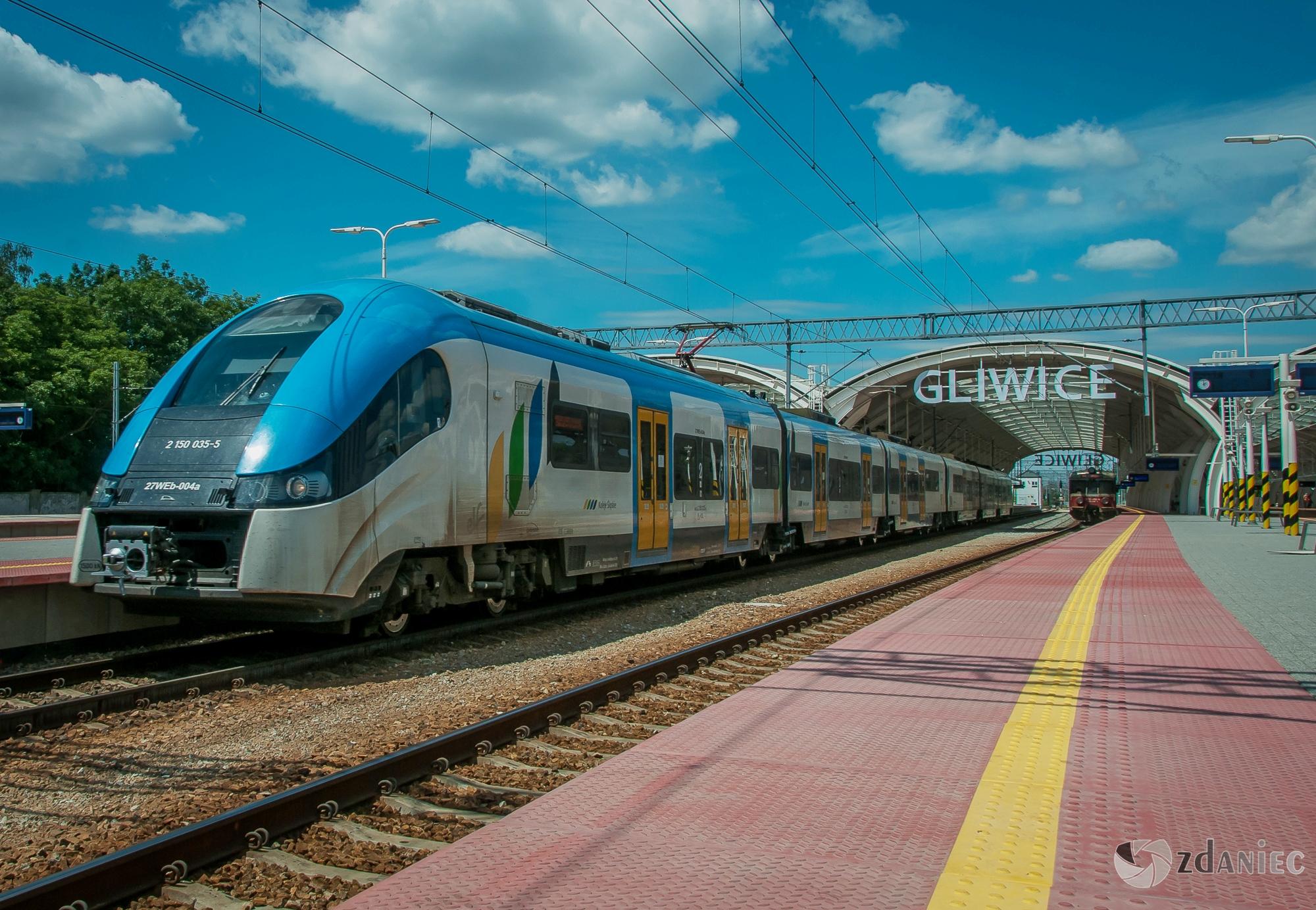 pociąg Kolei Śląskich na stacji Gliwice