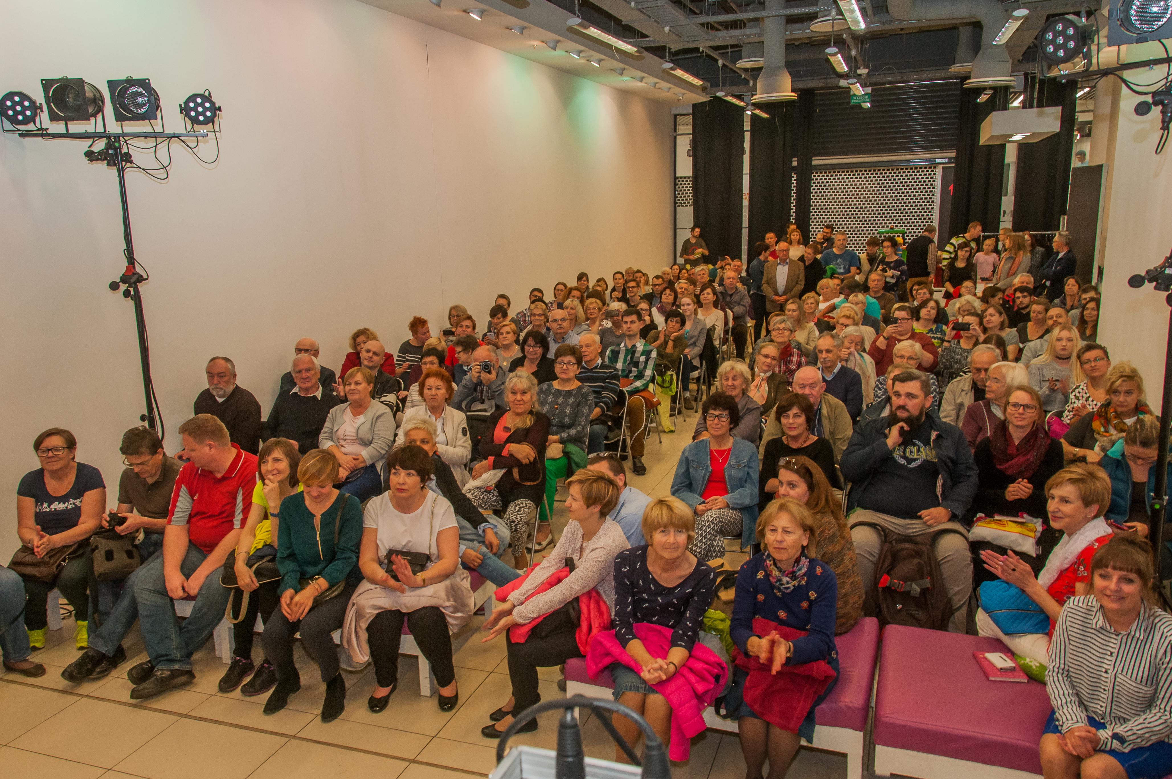 duża grupa ludzi podczas wykładu w Forum