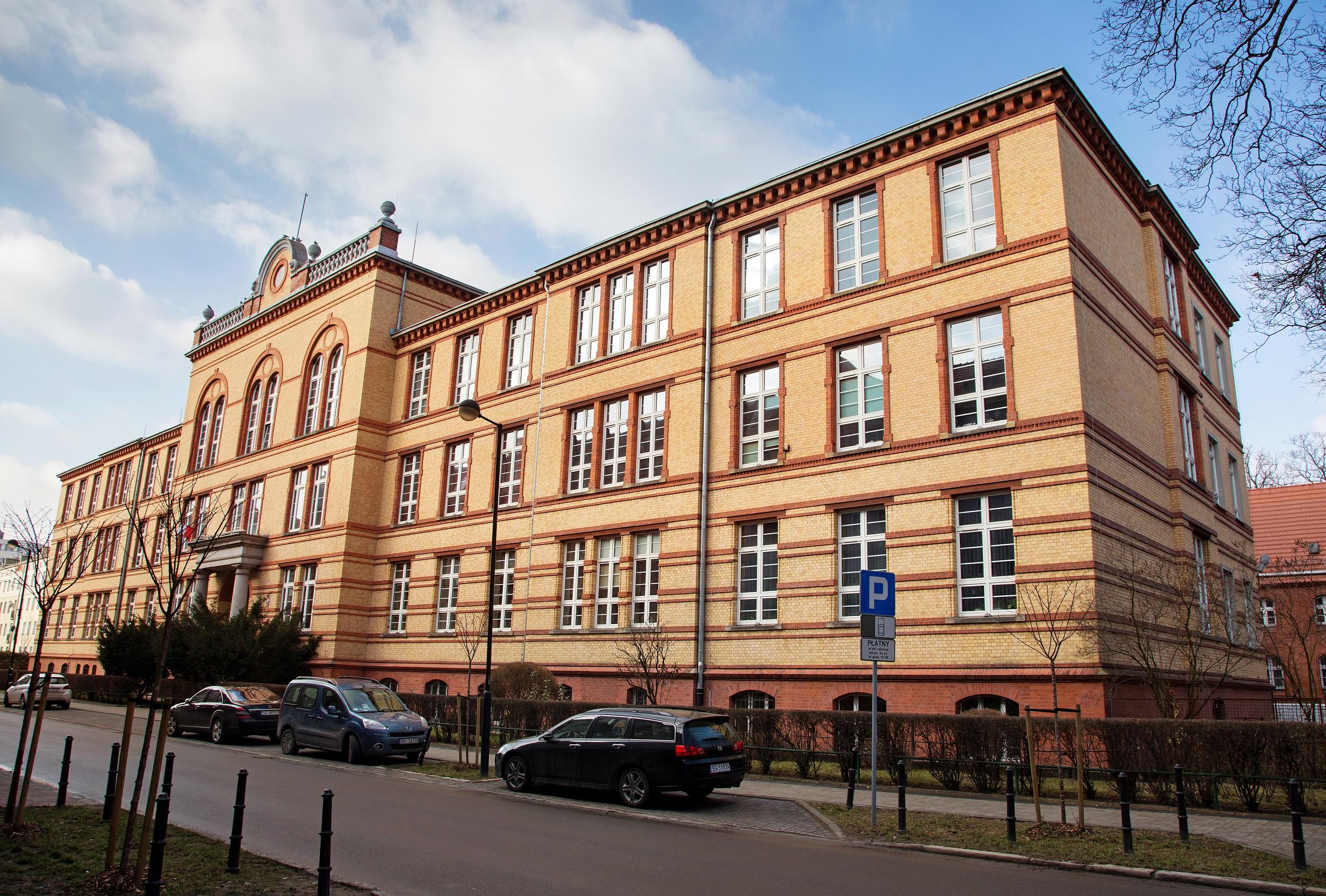 budynek szkoły przy ul. ks. Ziemowita 12